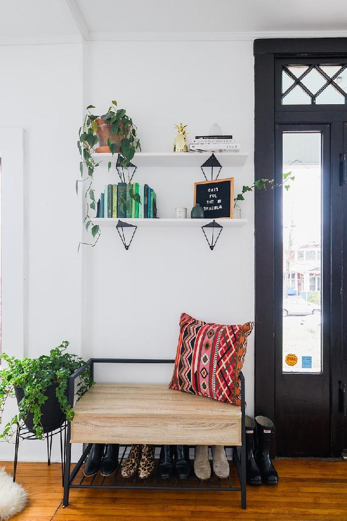 quelle couleur pour les portes avec des murs blancs étagère murale blanche livres plante tombante coussin bohème chic meuble rangement chaussures