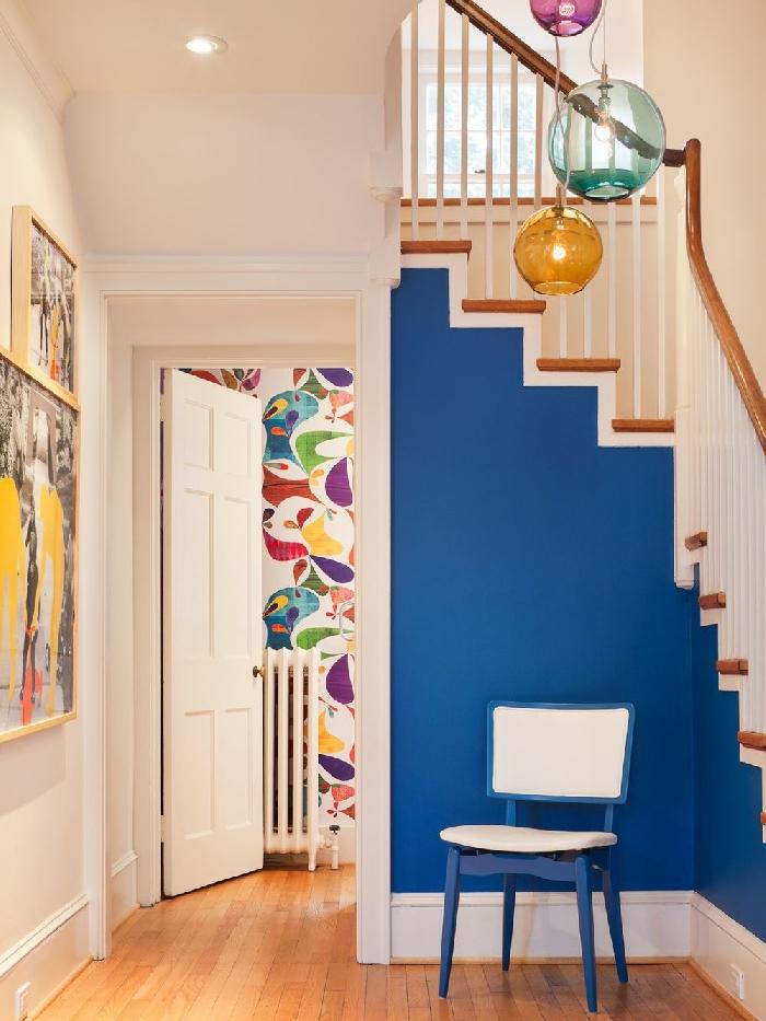 quelle couleur pour un couloir sans fenetre peinture bleue décoration sous escalier chaise blanc et bleu lampe verre couleur art mural