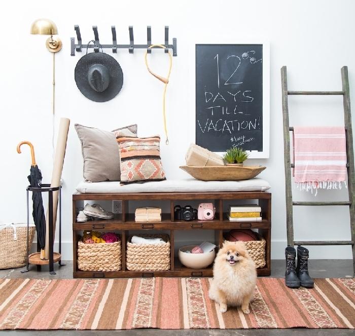 quelle couleur pour un couloir sans fenetre tapis marron et corail meuble de rangement pour chaussures en bois foncé coussins décoratifs échelle bois