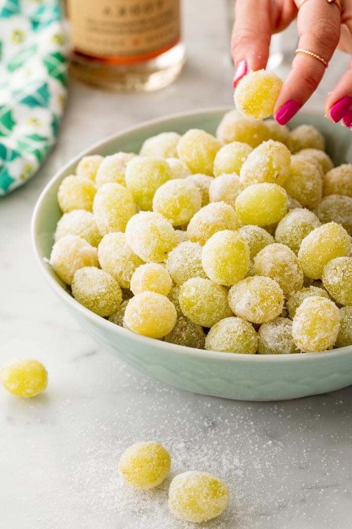 raisins dessert leger et frais idée dessert pour recevoir invités été bol de fruits frais saupodrés de noix de coco ou de sucre de coco