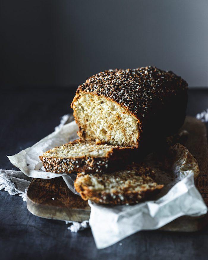 exemple de pain sans levure à base de farine blanche, yaourt grec et bicarbonate de soude avec decoration de graines