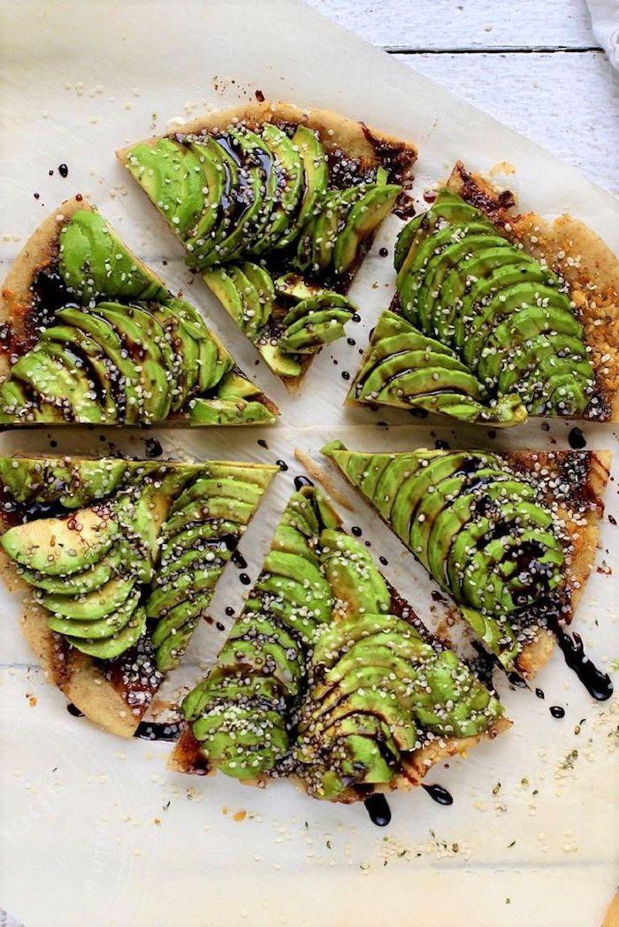 idée de tartre aux tranches d avocat avec reduction de vinaigre de balsamique et graines de sésame, apéritif végétarien