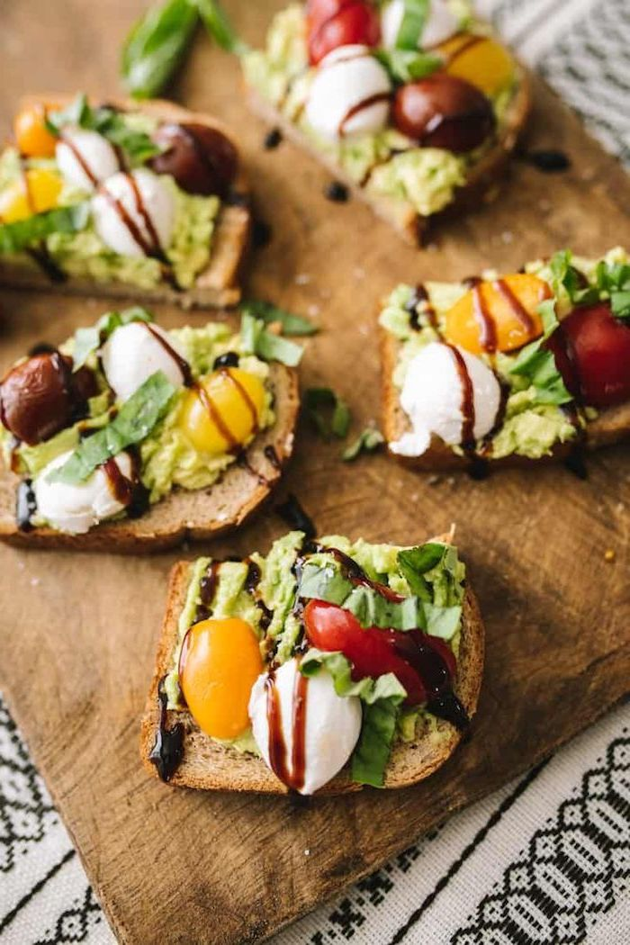 exemple de recette avocado toast de tartine avocat avec mozzarella, tomates cerise et vinaigre de balsamique