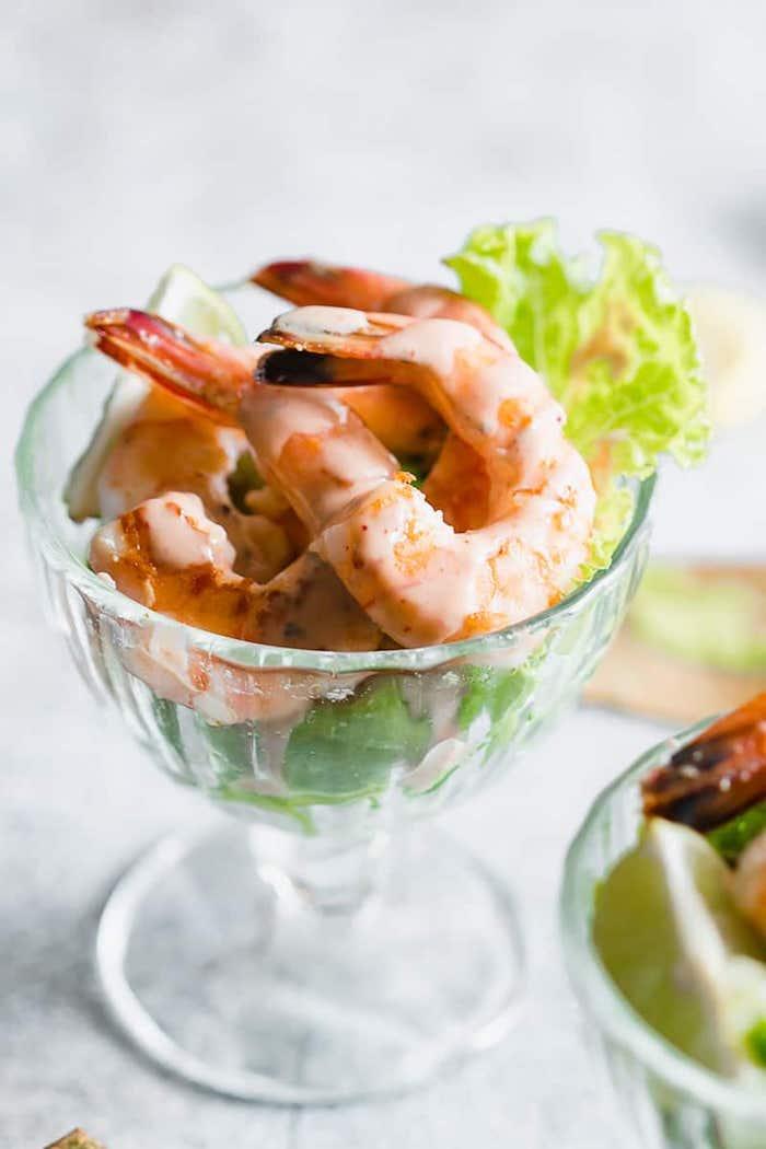 verrine avocat crevette avec une base d avocat et salade verte, et sauce à base de mayonnaise