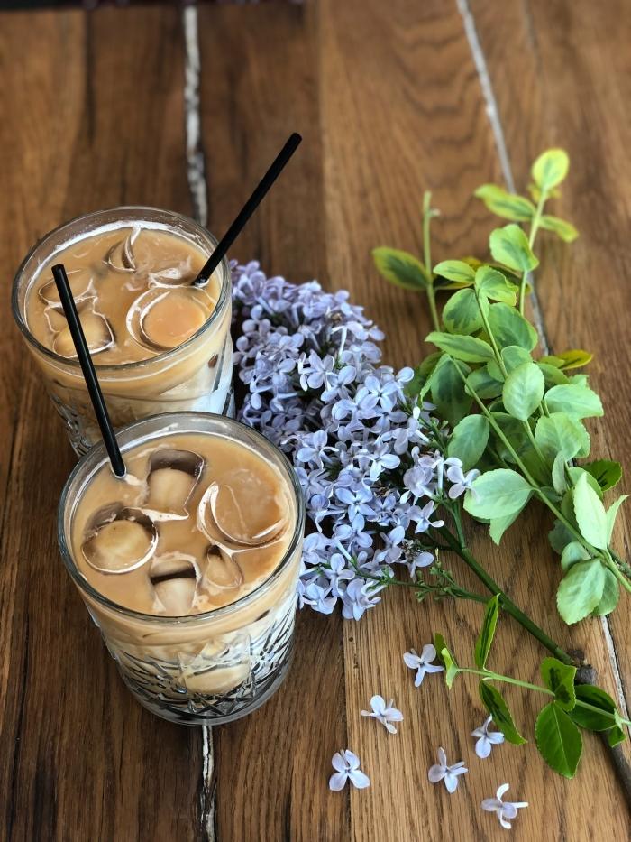 comment préparer une boisson fraiche au lait et café instantané, idée de recette facile à la base de café et lait