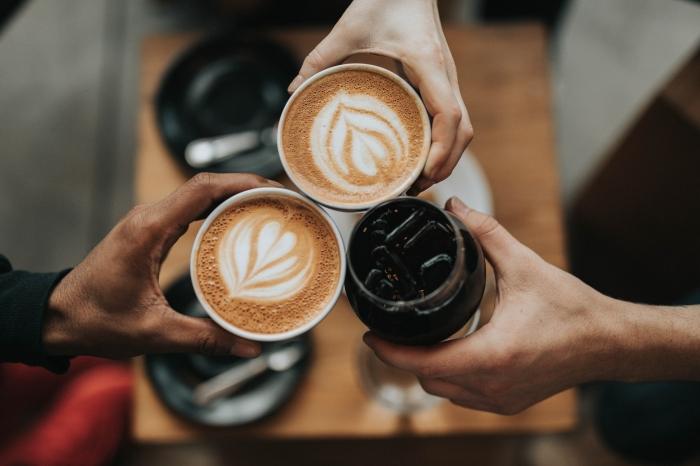 préparer un café froid facile, comment boire un café froid ou chaud, tasse de café au lait, café latté avec art en forme de coeur
