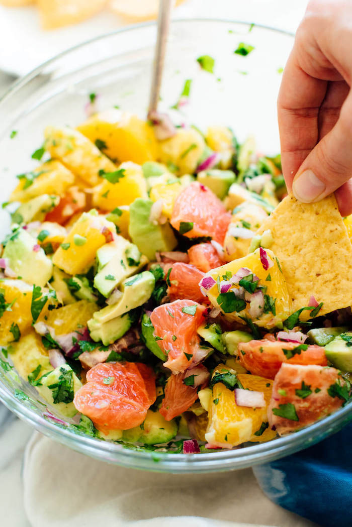 idée recette ceviche, salade avocat pamplemousse et oranges avec des herbes fraiches et du chips à manger avec