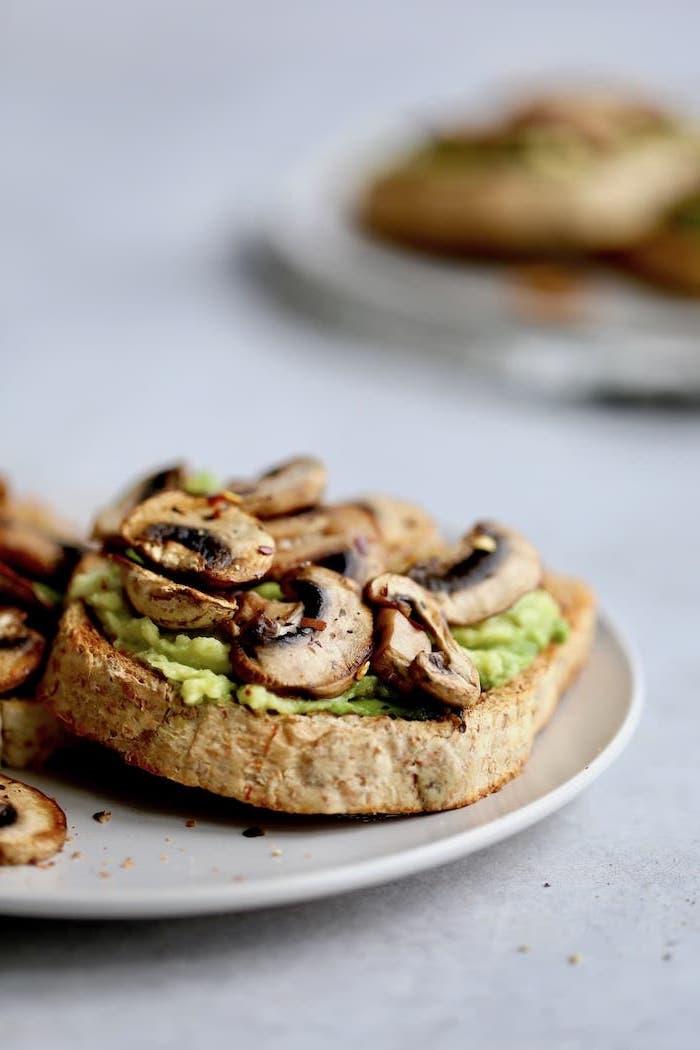 recette avocado toast avec tartine avocat champignons au chili en poudre, apero dinatoire original pour 10 personnes