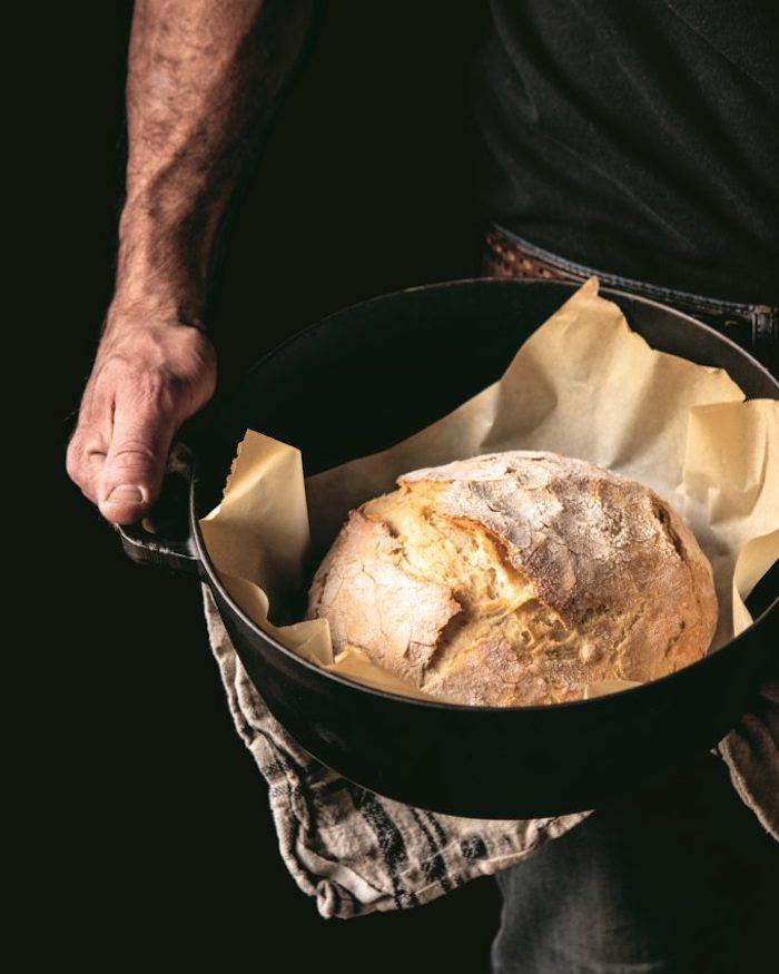 comment faire du pain, pain campagne simple fait dans une cocotte large sur papier cuisson, pain à base de farine et de la bière