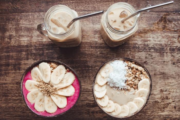idée de petit déjeuner sain avec boisson frappée au lait végétal et acai bowl, recette de boisson froide pour l'été
