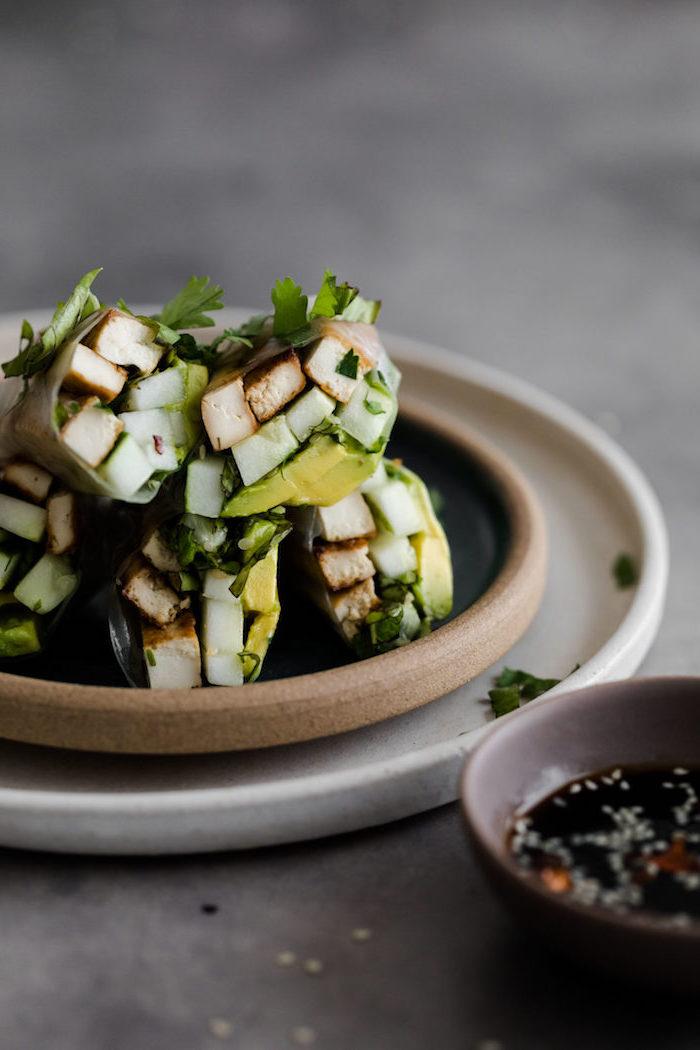 comment faire des rouleaux de printemps recette avec tofu grillé avocat, persil frais, idée entrée originale facile
