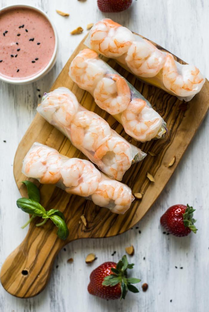 sauce rouleaux de printemps à la fraise et wrap apero avec des crevettes et crudités pour faire un rouleau de printemps crevette facile