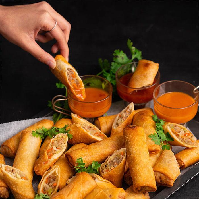 rouleau de printemps vietnamien frit avec farce de viande hachée de porc, carotte, nouilles et sauce épicée