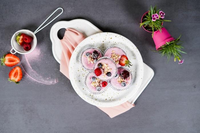 recette sucrée été framboises dessert facile et rapide et original muffin sain flocons d avoine miel crème glaçage au skyr et fruits fraîches