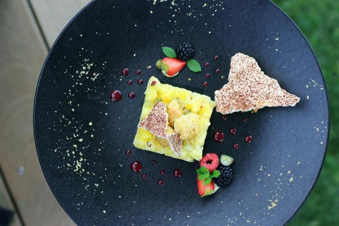 recette sucrée été originale dessert recette tartare ananas sorbet coco et mangue assiette noire art culinaire décoration assiette dessert fruits feuilles de menthe