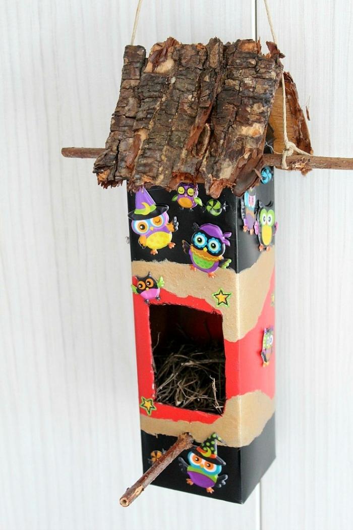 idée comment fabriquer une mangeoire pour oiseaux décorative en carton, projet créatif pour les enfants avec carton