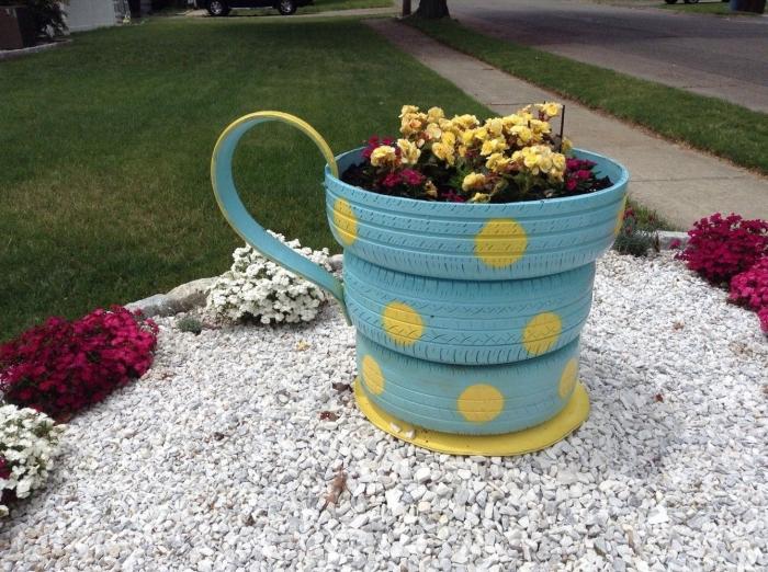 idée aménagement jardin facile et original, exemple comment décorer un petit jardin avec DIY jardinière en forme de tasse en pneus