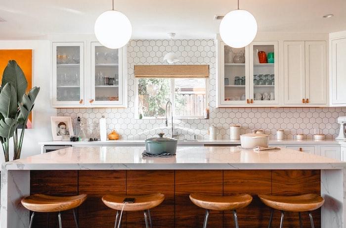 Peinture orange sur le mur blanc couleur mur cuisine, quelle couleur pour une cuisine rustique chic chaises bois hautes