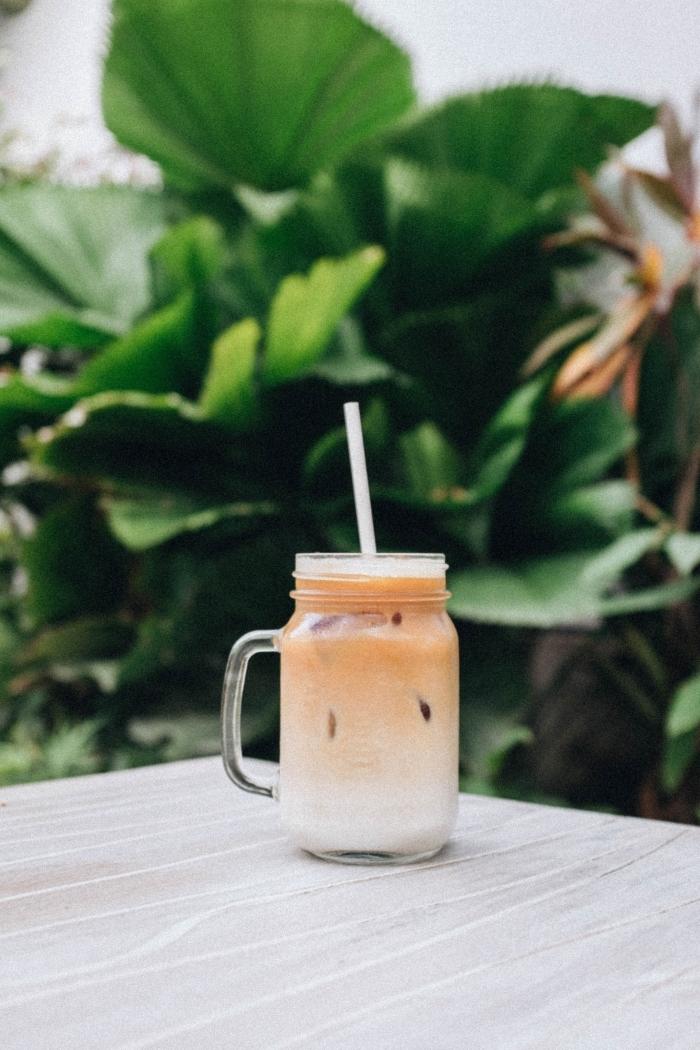 comment faire un café frappé avec batteur électrique, idée comment servir un café au lait froid dans un bocal en verre