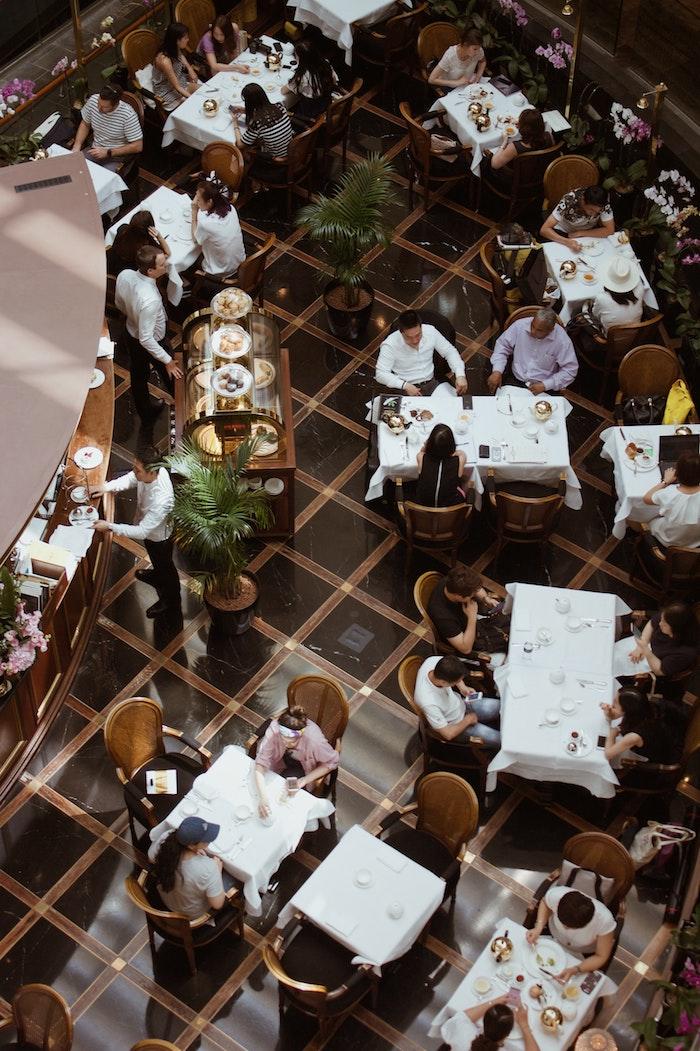 Robots peuvent aider aux employées des restaurants à surveiller la distance entre les clients, coronavirus nouveauté