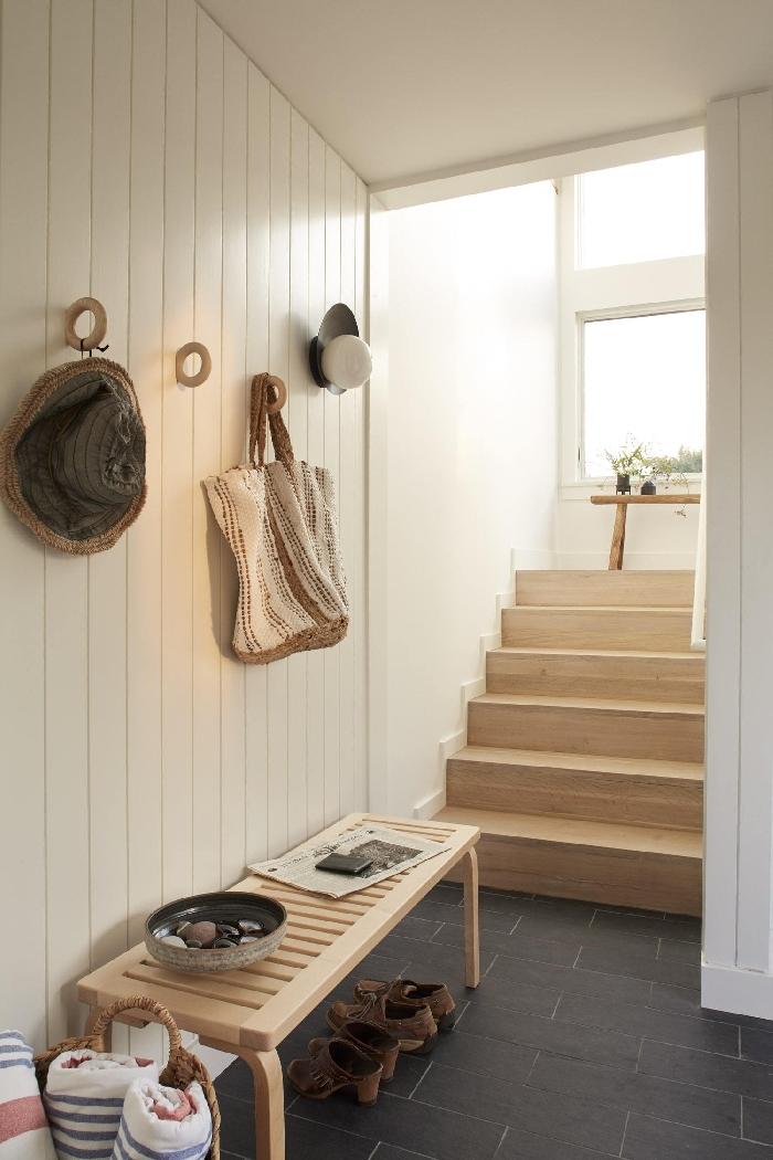 revêtement mural panneaux blancs crochets vêtements aménagement entrée maison interieur banquette bois carrelage gris anthracite