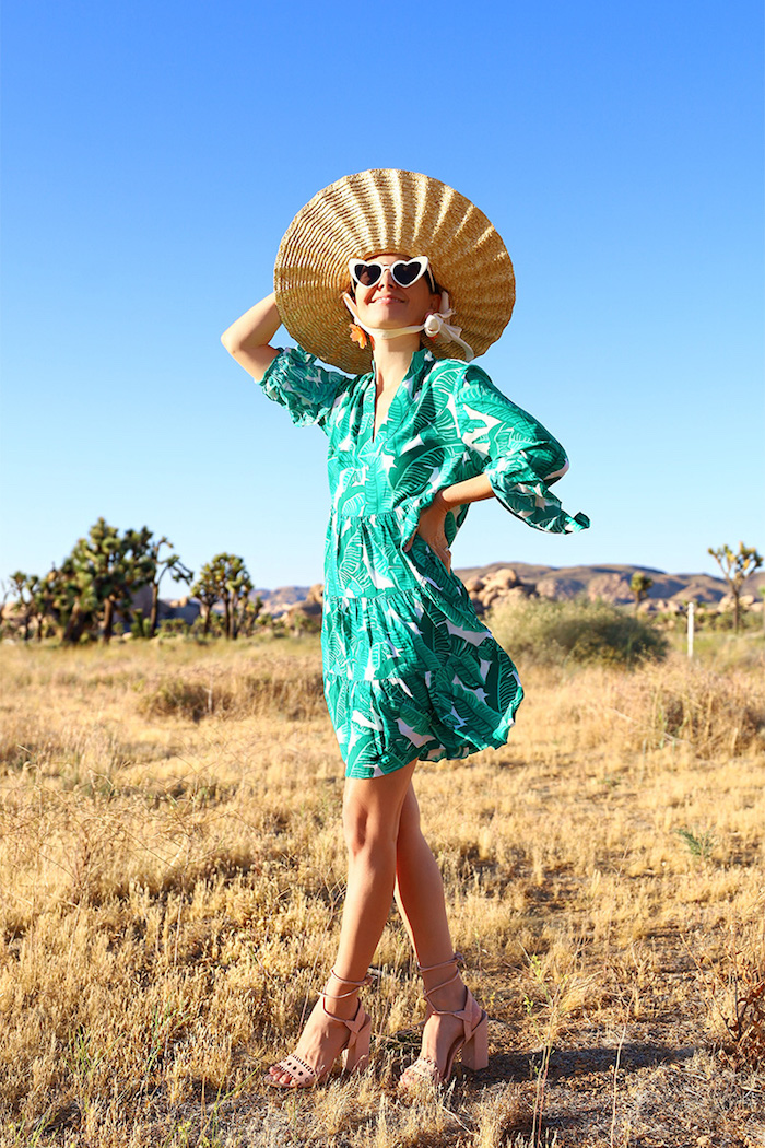 robe a palmes originale idée photo femme heureuse lunettes de soleil a coeurs robe d été femme originale adopter le style bohème chic avec une robe fleurie
