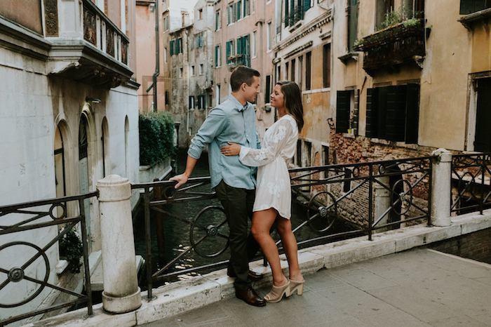 robe blanche courte couple amour robe longue femme ete inspiration robe droite chic mode estivale venise canals
