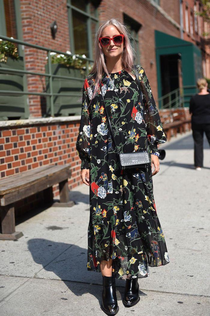 robe noire bottines lunettes de sileil rouges originale tenue automne 2020 robe longue fleur idée pour la femme stylée qui aime le style décontracté chic