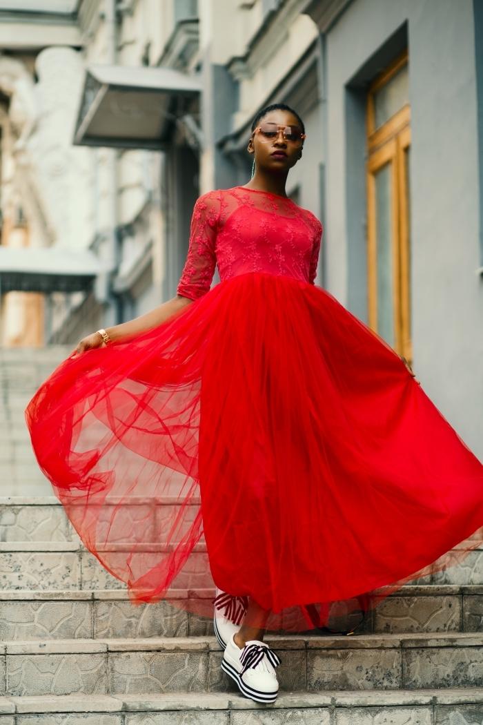 robe rouge jupe tutu baskets blanches femme coupe cheveux très court femme lunettes de soleil monture marron montre or