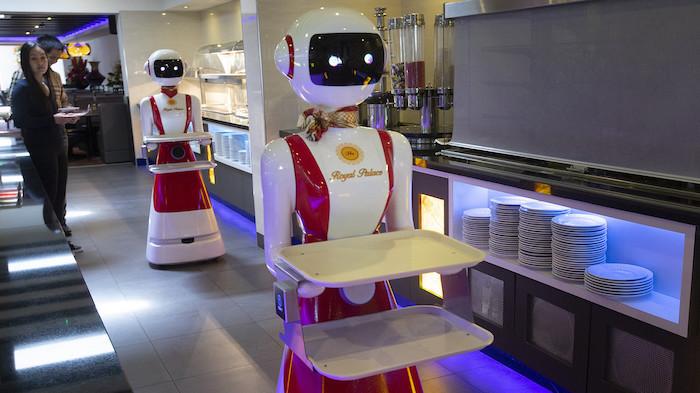 Robor en robe rouge et blanche, nouvel restaurant néerlandais remplace les serveurs avec des robots