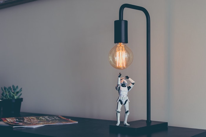 Contact humain aux restaurants en epidemie, robotique et ses utilisations aujourd'hui stortrooper jouet
