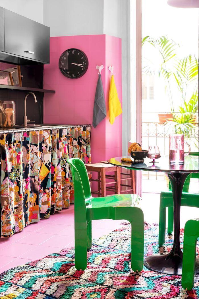 Coloré cuisine rose peinture murale, chaises vertes, table ronde verre, association de couleur, quelle couleur pour une cuisine intérieur maison