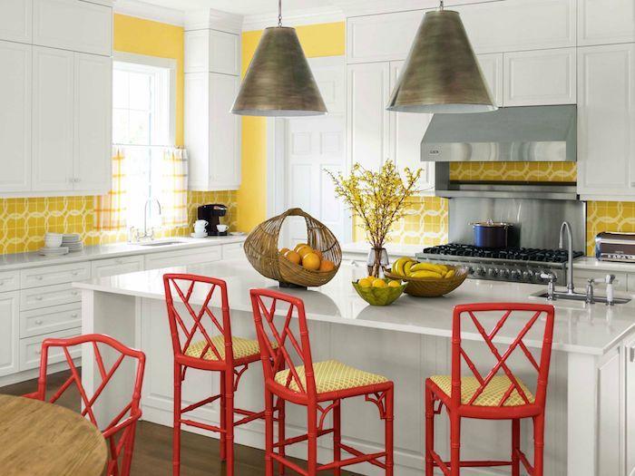 Le rouge et le jaune se marient parfaitement dans la cuisine blanche, peinture salle a manger, les couleurs qui vont bien ensemble