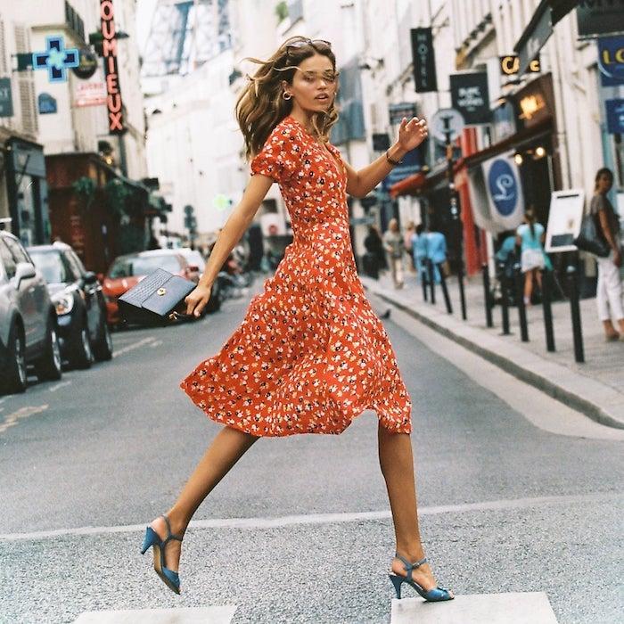 rouge robe fleurie femme en saute robe d été longue robe été femme idée tenue femme ete sandales bleus robe d été longue robe été femme idée tenue femme ete