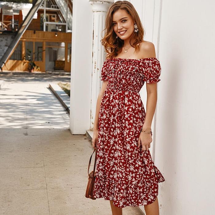 rouge robe mi longue a fleurs blanches tenue rouge et blanc simple femme souriante cheveux mi longs robe de cérémonie femme chic savoir comment bien s habiller femme stylée