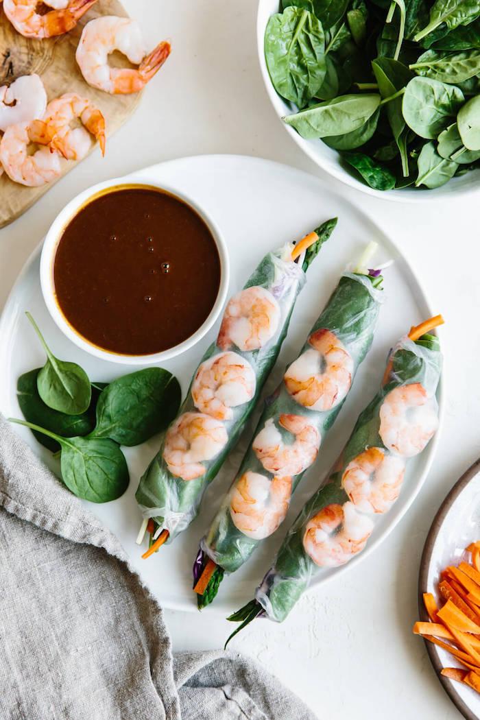 rouleaux de printemps recette facile et rapide, idée d'apéritif original en forme de rouleaux avec crevettes et épinards