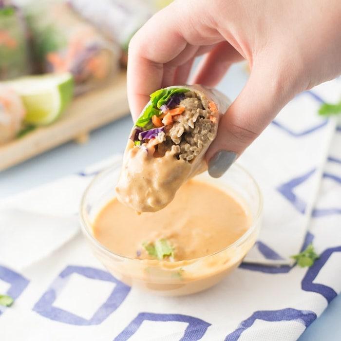 sauce rouleaux de printemps à base de beurre de cacahuètes à consommer avec des rouleaux de printemps aux nouilles, carottes, laitue, chou rouge