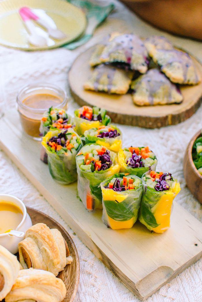 rouleau de printemps au mangue et crudités sans viande avec de la menthe, aperitif dinatoire froid pour le printemps