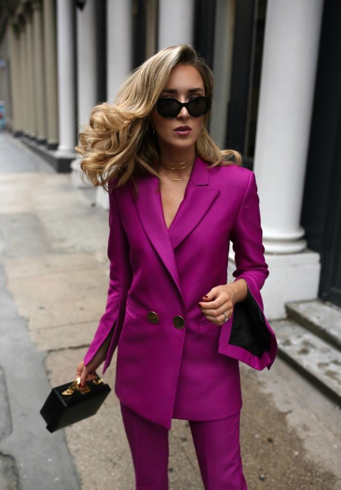 quelle couleur pour un costume femme business, idée d'ensemble pantalon femme de couleur rose combiné avec accessoires noirs