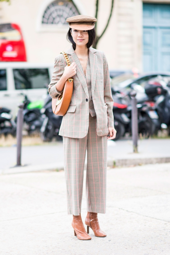 exemple comment assortir les couleurs dans sa tenue femme stylée, modèle d'ensemble tailleur femme avec pantalon à longueur cheville