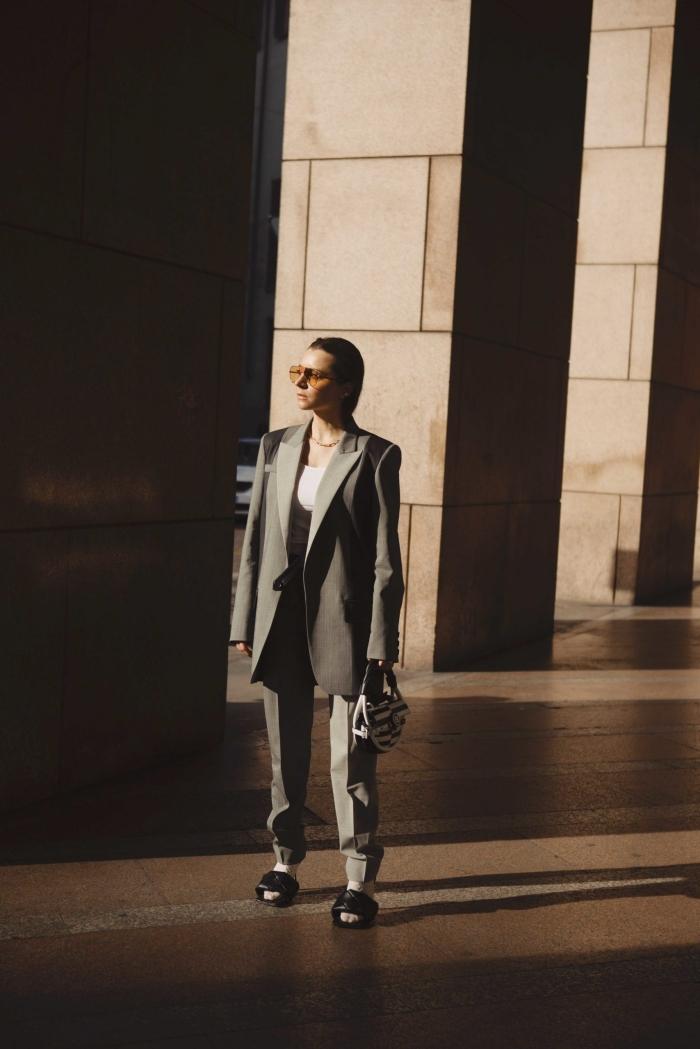 look femme classe en costume gris, idée comment accessoirisé un ensemble femme chic de couleur neutre avec lunettes tendance