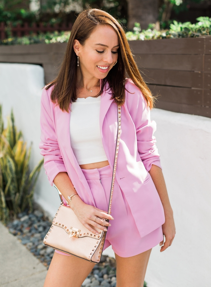 idée de tenue femme invitée pour un mariage d'été, modèle de tailleur femme chic mariage de nuance rose avec shorts