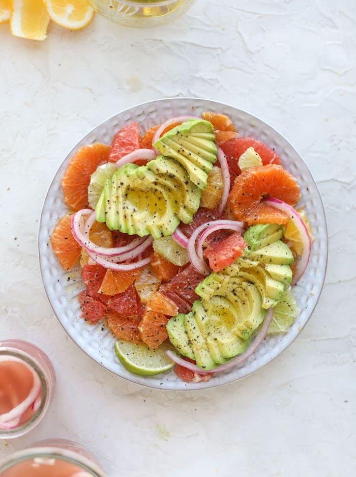 idée salade avocat pamplemouse au poivre et oignon, idée de salad d hiver fraiche avec des citrus