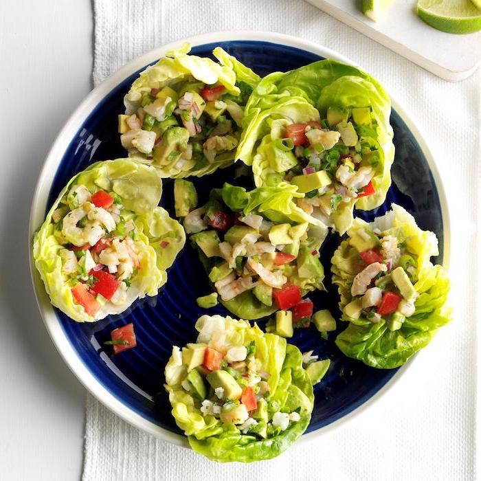 wrap aperi de feuilles de laitue avec dés d avocat, crevettes et des tomates concassées pour apéritif facile pour 10 personnes