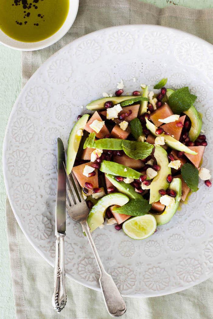 salade d été facile et avec des graines de grenade, tranches d avocat et de pasteque avec feuilles de basilic, salade avocat été