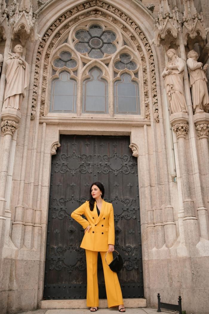 idée comment porter le jaune avec style, modèle de tailleur pantalon femme cocktail de nuance jaune avec accessoires noirs
