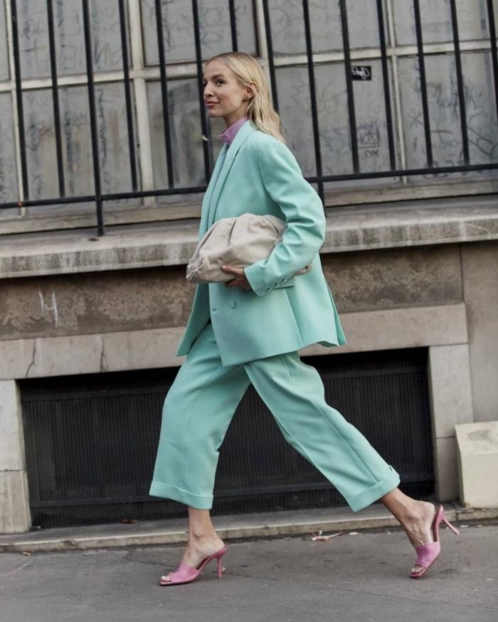 modèle de pantalon tailleur femme de nuance menthe assorti avec paire de sandales et pull-over de couleur rose pâle