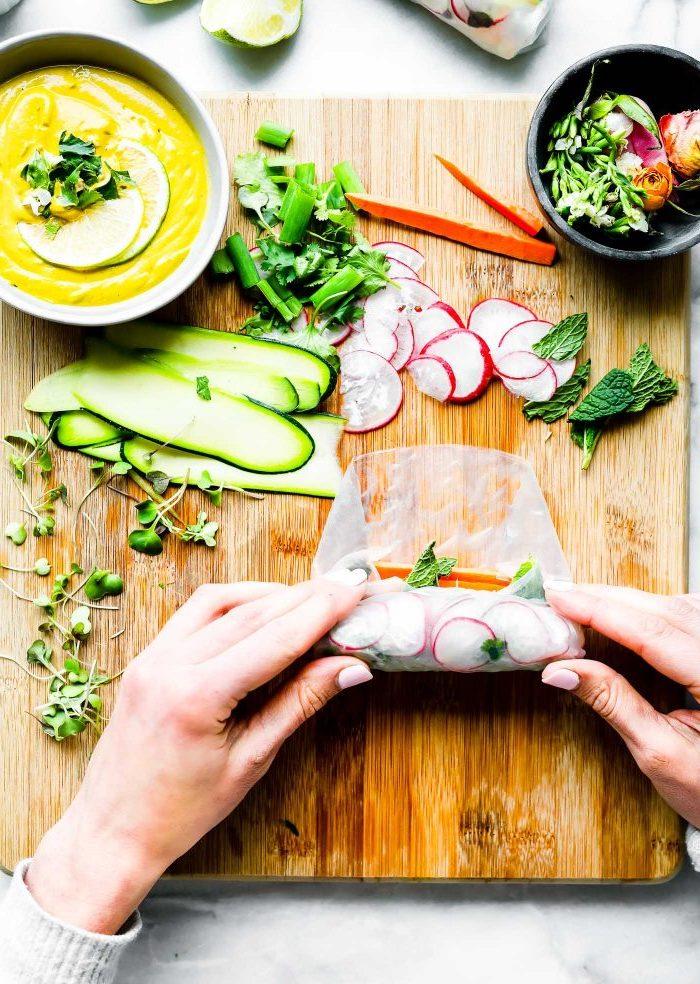 exemple d aperitif dinatoire froid aux radis, carottes, courgettes et sauce rouleaux de printemps aux curry, gingembre, noix de cajou