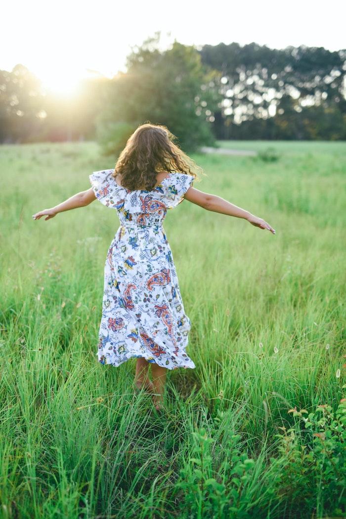 se sentir libre photo nature et fille qui tourne robe fleurie mariage champetre avoir de la swag avec une robe fleurie femme aux champs