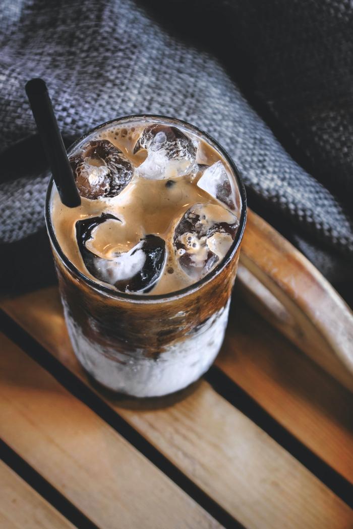boisson fraîche pour l'été à la base de café au lait et glaçons, idée comment servir un latte glacé avec glaçons